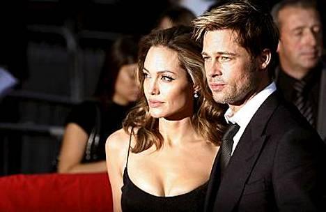 Angelina Jolie ja Brad Pitt ovat ahdistuneet paparazzeista.