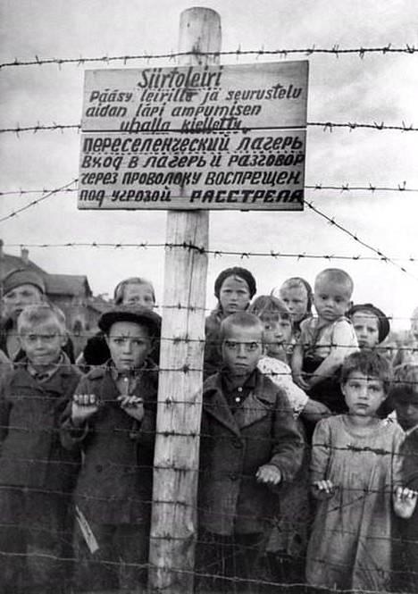 Neuvostoliittolaisen sotareportterin Galina Sankon kuva petroskoilaiselta vankileiriltä on otettu suomalaisten vetäytymisen jälkeen vuonna 1944. Kuvan oikeassa laidassa näkyy Klavdija Njuppijeva.