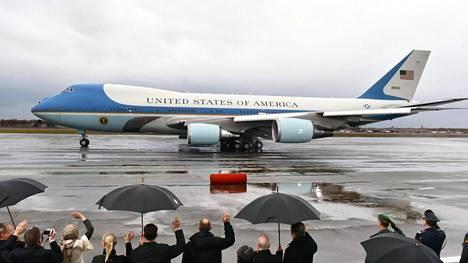 Yhdysvaltain presidentin Air Force One -virkakone kuvattua Tegelin lentoasemalla Berliinissä 18. marraskuuta. Ikääntynyt kone on tarkoitus korvata uudella ensi vuonna.