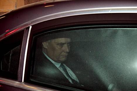 Kello 23.58 pääministeri nousi virka-Mercedekseensä.
