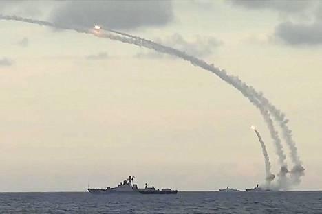 Syyrian sota on toiminut Venäjälle mahdollisuutena ajaa sisään uutta kalustoa. Kuvassa Venäjän joukot ampuvat ohjuksia väitetysti Isisin kohteisiin Raqqassa, Aleppossa ja Idlibissä.