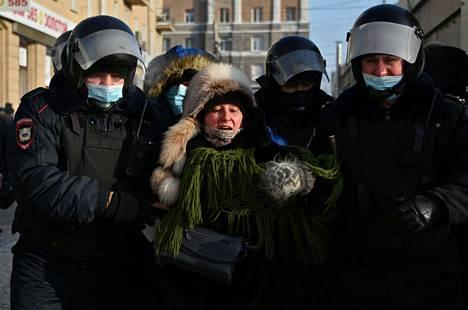 Poliisi kantoi mielenosoittajaa Omskissa järjestetyssä protestissa aiemmin lauantaina.