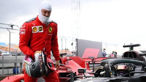 Sebastian Vettel Turkissa viime viikonloppuna menossa onnittelemaan seitsenkertaista maailmanmestaria.