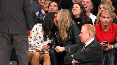 Kahden kaunottaren suukottelu ei jäänyt huomaamatta.