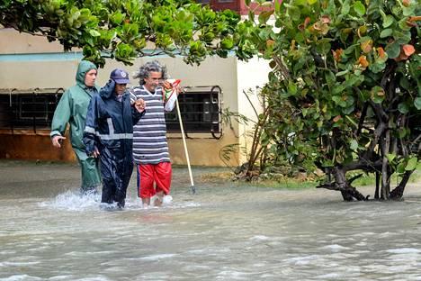 Kadut tulvivat Havannassa sunnuntaina.