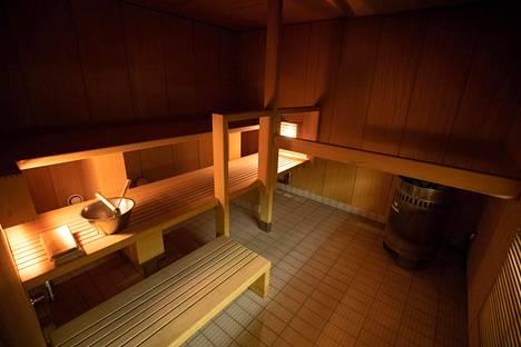 Suuressa saunassa on tunnelmallinen valaistus.