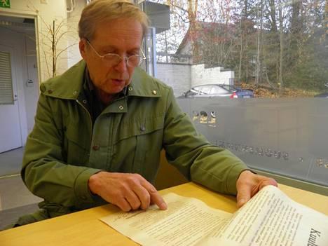 Pentti Pylkkö tutkii Mannerheimin julistusta.