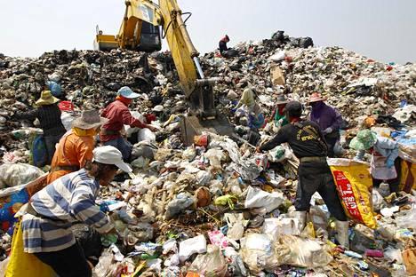 Muovijätevuori kaatopaikalla Bangkokin ulkopuolella helmikuussa 2012.