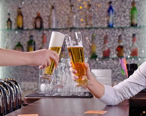 Pienistäkin alkoholimääristä voi tulla yhteisvaikutuksia pitkäaikaislääkkeiden kanssa, jos alkoholia käytetään muutama viikko säännöllisesti esimerkiksi lomalla.