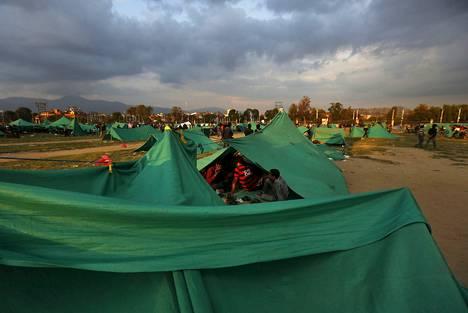 Telttakylät ovat kohonneet Nepalin pääkaupungin Kathmandun laidoille. Ihmiset eivät uusien järistysten pelossa uskalla mennä koteihinsa, joista tuli monelle kuolonloukko lauantaina.