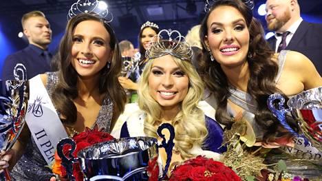 Essi Unkuri (kesk.) on Miss Suomi 2021! Hänen rinnallaan perintöprinsessat Sonja Länsivuori (vas) ja Emmi Suuronen.