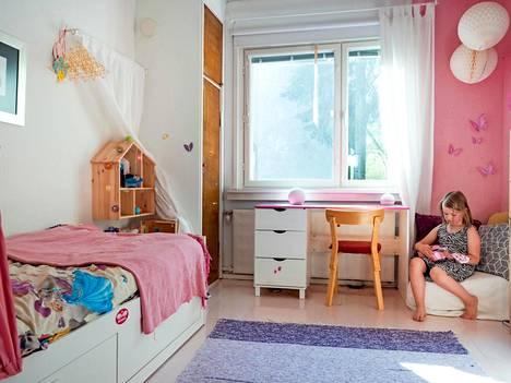 Tämän huoneen omistaja tykkää Robinista – ja vaaleanpunaisesta.