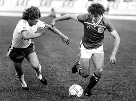 Kaksi kovaa vastakkain Olympiastadionilla 1982 Palloliiton 75-vuotisjuhlamaaottelussa: Pasi Rautiainen (vas.) ja Bryan Robson.
