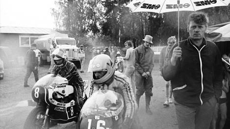 Imatranajot eli suuruutensa aikaa 1970-luvulla. Kuva on vuoden 1975 kisasta, johon Tapio Virtanen (numero 16) oli valmistautumassa.
