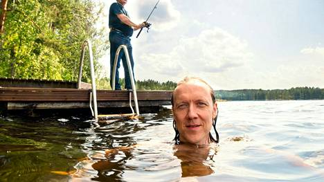 Sipe Santapukki pulahti uimaan mökkinsä laiturilta, kun Seppo Räty  keskittyi kalastamiseen.