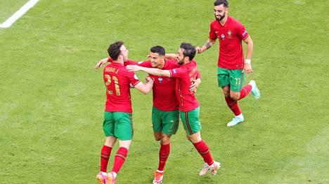 Ronaldo juhlistamassa maaliaan joukkuetovereidensa kanssa.