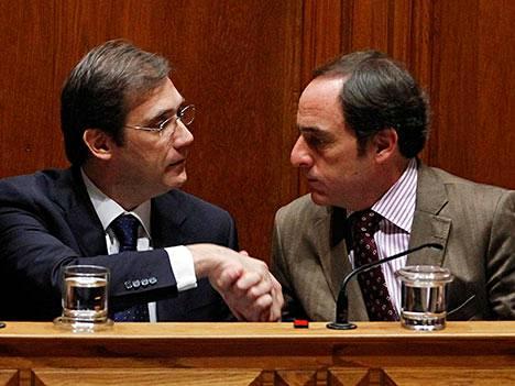 Pedro Passos Coelho ja Paulo Portas yrittävät vielä saada hallituksen pysymään pystyssä Portugalissa.