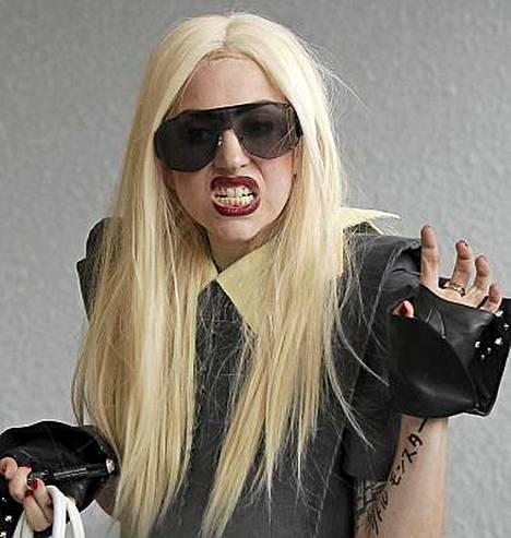 Lady Gaga esiintyi Metropolitan-museon gaalassa maanantaina.
