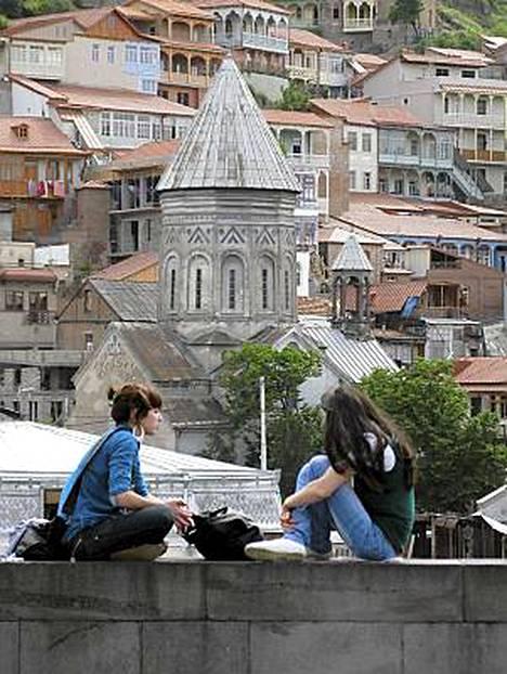 Nykyaika ja historia elävät Tbilisissä rinnakkain.