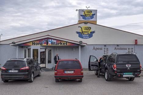 Norjalaisten ostosmatkailijoiden autoja Näätämön kauppojen parkkipaikoilla.
