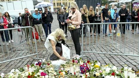 Michael Monroe kävi puolisonsa Johanna Fagerholmin kanssa kunnioittamassa perjantaisen puukotuksen uhreja Turun kauppatorilla.