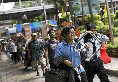 Mielenosoittajat keräsivät kamansa ja poistuivat suojapaikkana olleesta temppelistä.