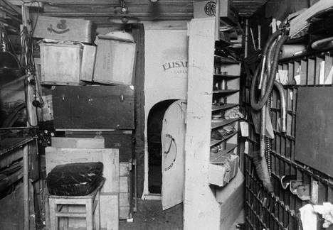Eläinmuseon vahtimestari oli rakentanut verstaaseensa salahuoneen, joka oli piilossa saranoilla kääntyvän hyllyn takana.