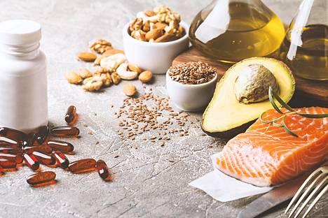 Rasvainen kala, pähkinät, avokado ja oliiviöljy ovat kaikki hyvien rasvojen lähteitä. Kovien rasvojen, kuten voin sijaan, kannattaa suosia niitä.