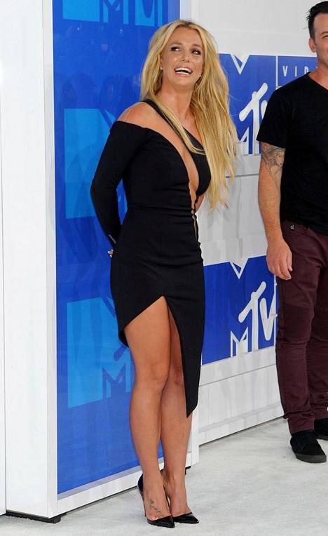 Gaalassa esiintyneen Britney Spearsin mustassa mekossa oli halkiot sekä ylhäällä että alhaalla.