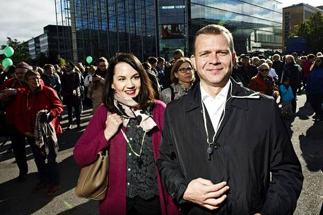 Kokoomuksen opetusministeri Sanni Grahn-Laasonen ja valtiovarainministeri Petteri Orpo osallistuivat rasismia ja fasismia vastustaneen mielenosoituksen alkuun lauantaina Helsingissä.