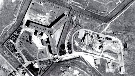 """Saidnayan sotilasvankilan kolmihaarainen rakennus satelliittikuvassa. Sotilaspoliisin ja tiedustelupalvelujen ylläpitämää vankilaa on kuvailtu """"maanpäälliseksi helvetiksi""""."""