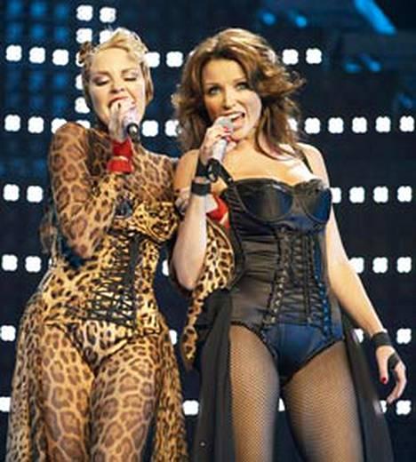 Kylie Minogue (vas.) vakuuttaa olevansa oikea seksipeto lakanoiden välissä. Mitenhän pärjää sisko Dannii (oik.)? Seksikkään pukeutumisen siskokset ainakin osaavat.