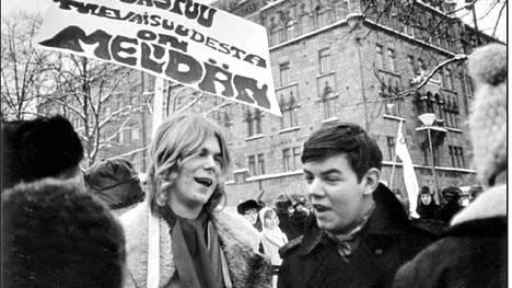 Björn Wahlroos ja Leif Salmén Helsingissä Esplanadin puistossa Teiniliiton mielenosoituksessa opetushallitusta vastaan vuonna 1969.