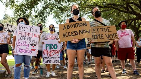 Aborttioikeutta puolustavat aktivistit osoittivat mieltään Texasin osavaltion Capitolilla Austinissa lauantaina.
