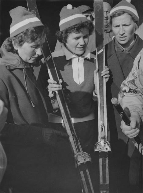 Suomen viestitrio Sirkka Polkunen, Mirja Hietamies ja Siiri Rantanen voitti olympiakultaa Cortinassa 1956.