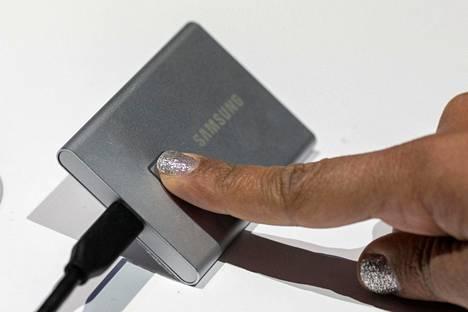 Samsung esitteli sormenjälkilukijalla varustetun ulkoisen kiintolevyn tietojen turvaamiseksi. Samsung Portable SSD T7 Touch -niminen laite on tulossa myyntiin.