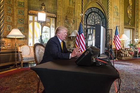 Trump muutti Mar-a-Lagoon presidenttikautensa päättyessä. Kuvassa hän puhuu armeijan edustajille Mar-a-Lagon asuntonsa olohuoneesta marraskuussa 2017.