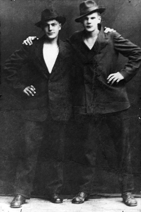 Päiväämätön kuva 1910-luvulta. Kekkonen kuvassa oikealla.