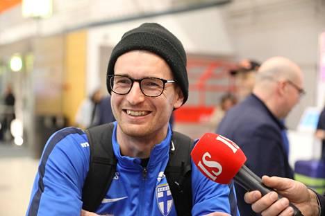 Lukas Hradecky saapui lentokentälle pipo päässään. Mitä enemmän naama peittyy, sitä parempi, hän sanoi.