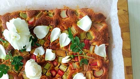 Koristele kakku ruusun terälehdillä. Alkukesästä esimerkiksi juhannusruusu sopii koristeeksi hyvin.