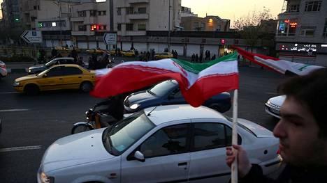 Iranilaiset marssivat kaduille ohjusiskun jälkeen.