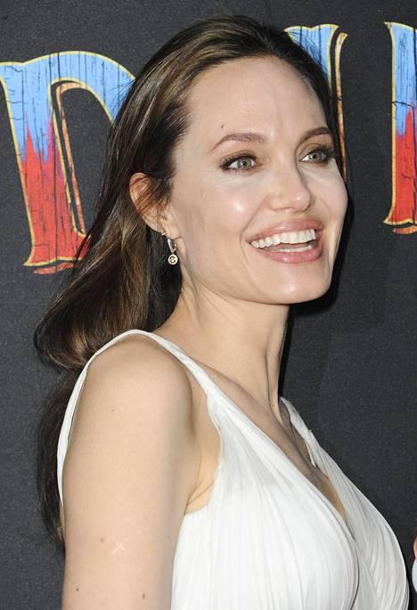 Sisäpiirin lähde väittää, ettei Angelina Jolie halauisi päästää irti ex-miehestään.