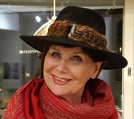 """30.12. """"Hattu tuo aina arkeen draamaa. Kissani Eetu valitsi baijerilaishatun. Ei ihme, sillä onhan tässä fasaanin sulka."""""""
