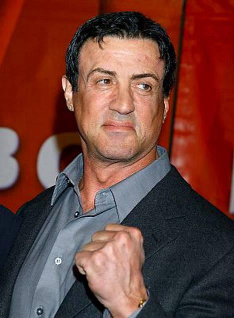 Sylvester Stallone hyökkää voimakkaasti sotilaiden julmuuksia vastaan.