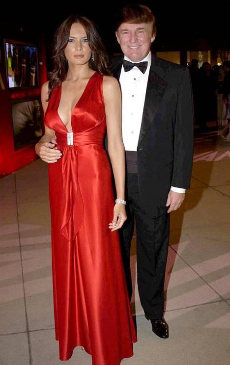 Pariskunta kuvattuna Vanity Fairin järjestämissä Oscar-gaalajuhlissa maaliskuussa 2003. Melania ja Donald alkoivat seurustella 1990-luvun lopulla ja menivät naimisiin vuonna 2005.