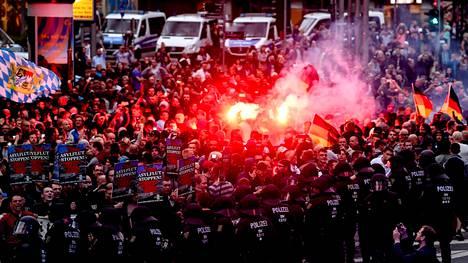 Äärioikeiston mielenosoittajat sytyttivät soihtuja maanantain mielenosoituksessa Chemnitzissä.