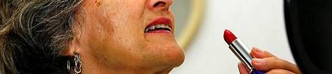 Hip hei. Lisää huulipunaa, ja mielellään kaikkein räikeintä. Se on lamankarkoitustrendi nyt.