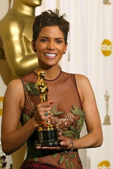Halle Berry on ensimmäinen afroamerikkalainen nainen, joka on voittanut parhaan naispääosan Oscarin.