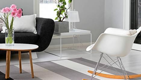 Eamsin tuolit ovat 50-luvun klassikkoja. Tuoleihin vaihdettavat keinutuolisjalat ovat tämän päivän juttu.