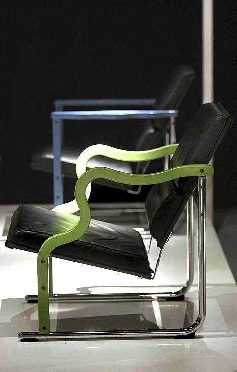 Kuvassa Yrjä Kukkapuron Experiment-tuoleja